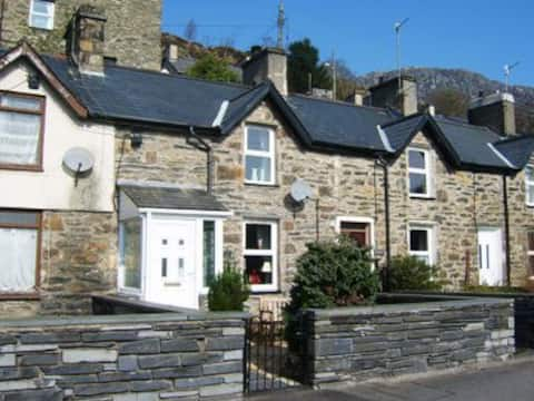 Charming 2 bed character cottage with Woodburner