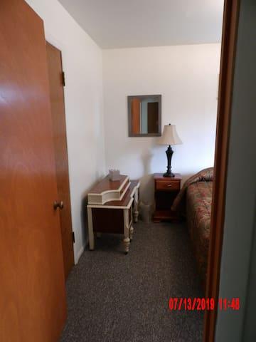 Bedroom w/closet