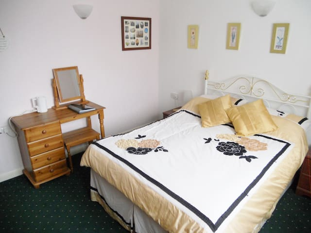 Large Comfy Double Room in Quiet Friendly House - Featherstone - Ev
