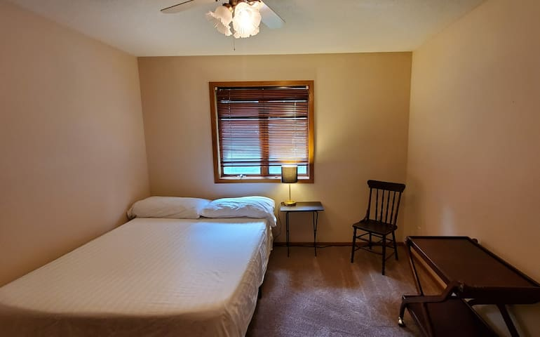Private room n bath, Queen bed, Wifi, Fireplace