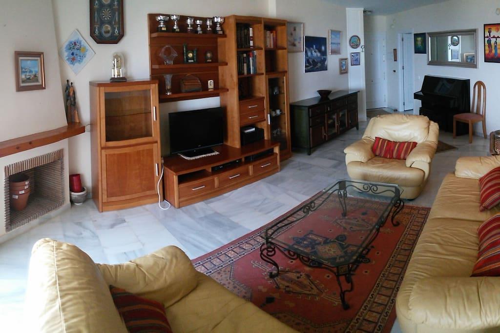 Gran salón con salida hacia la terraza Big living room with access to the terrace