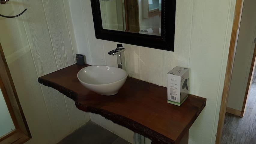 Moderna y funcional sala de baño