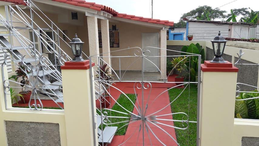 Alojamiento independiente con jardín, vestíbulo, zona comedor  y terrazas