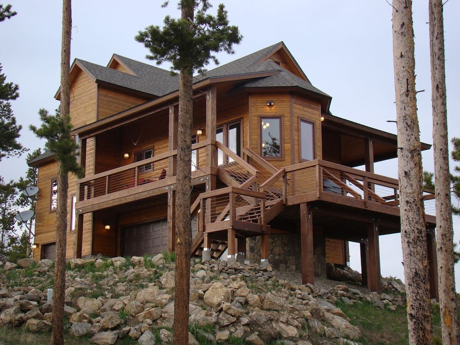 Private big mountain retreat, sits perched atop the Fraser river canyon with 280 degree views from RMNP to Winter Park ski slopes to Byers Peak.