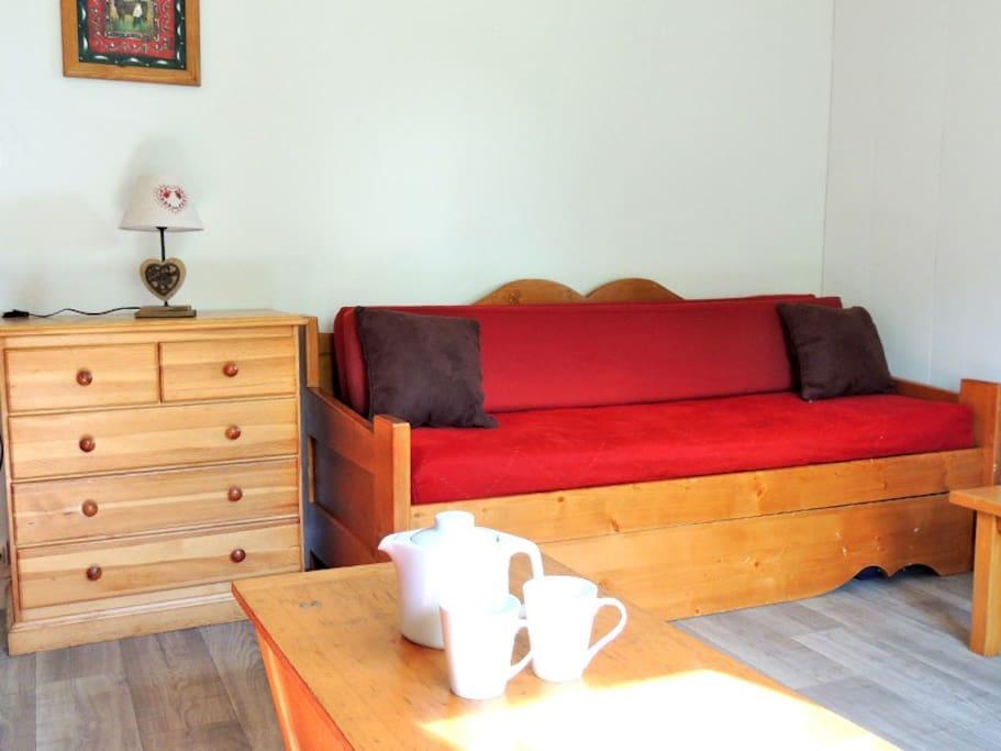 Le canapé de la chambre se transforme en deux lits simples