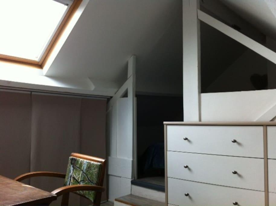 chambre avec petit bureau et de nombreux rangements