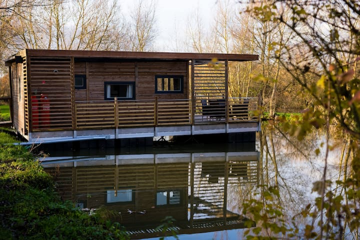 Luxury Floating Lakeside Lodge EIDER Near Longleat