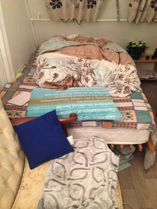 小双人床,最多可睡两个女生。