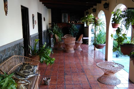 Spanish style house in Escazu, breakfast included - San Rafael de Escazu