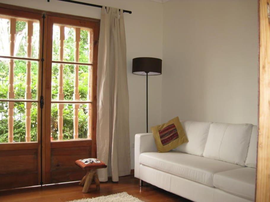 Sala de estar común del Hostal El Arbol