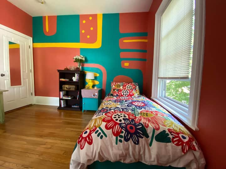 Colorful Private Bedroom in Egleston Sq Condo