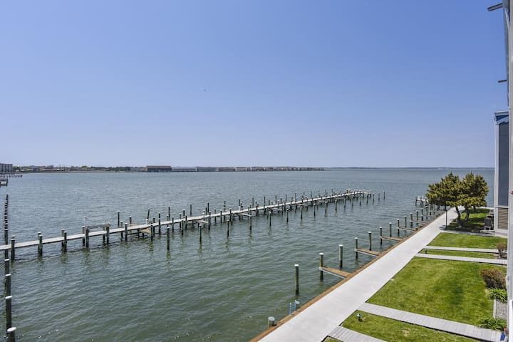 Condo on the bay with AMAZING WATERFRONT VIEWS (B)