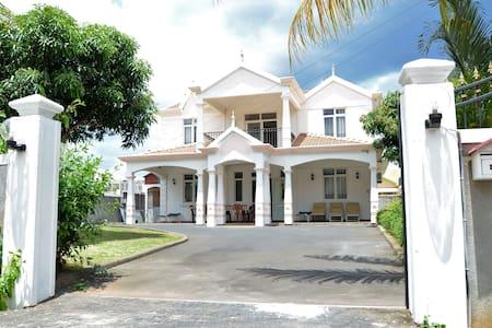 Villa la Cygognes WITH PRIVATE SWIMMING POOL - Flic en Flac