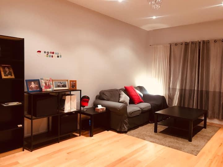 温馨舒适的家(中文房东)房子虽不大,但是希望你们会喜欢这朴实的房间,干净整洁舒适!