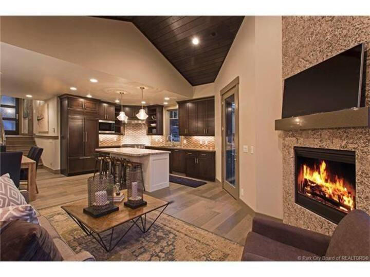 Everything You Need! 5 Min to Lift and Main St, Private Hot Tub, Spacious Park City Home Sleeps 8