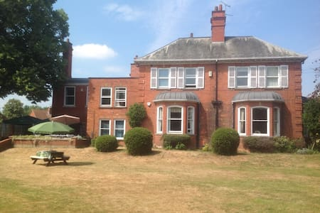 Four Large Double Rooms in Victorian House
