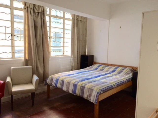 Central flat share room (ML8a)