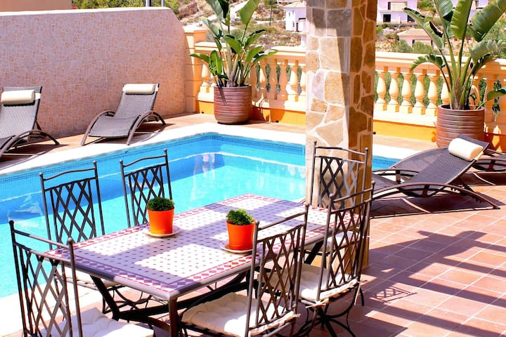 Detached house with private pool 1km walk to the sandy beach