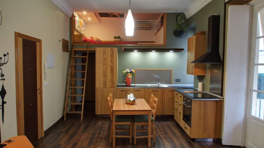 Cocina y dormitorio en alto.