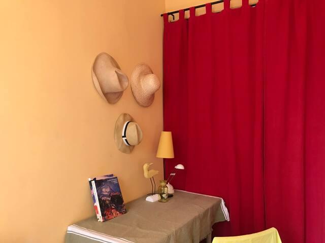 La grande penderie derrière les rideaux rouge. The big wardrobe behind the red curtains