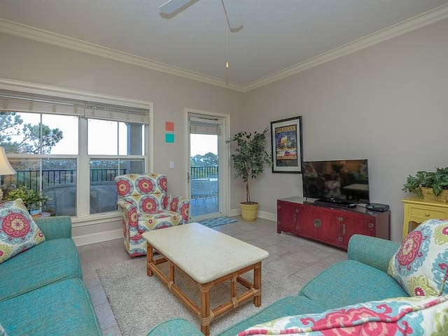 North Shore Place Complex ~ Two Minute Walk to the Beach!