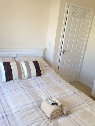 Quiet, bright double room close to railway/bus - Saint Austell - House