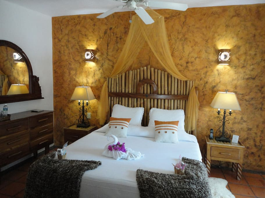 King bed Candiles Suite