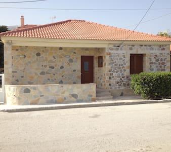 Πετρόκτιστη μονοκατοικία μπροστά στήν θάλασσα. - Likoporia
