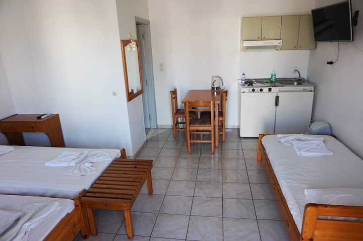 Niriis hotel 3-bed room, 4km west Chania 100m sea