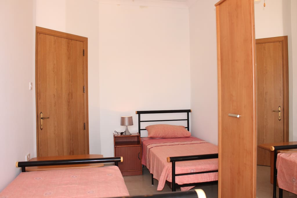 bedroom with 2 single beds or 1 single bed plus private desk