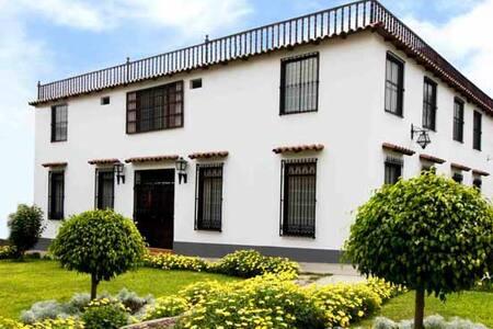 Hotel Faroles de Ancón con piscina