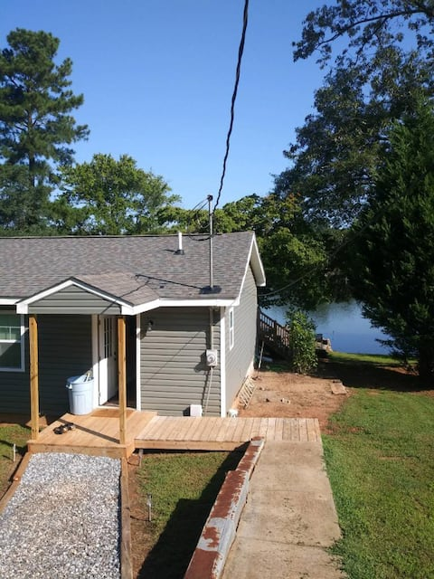Lake front- great place to stay for Clemson games