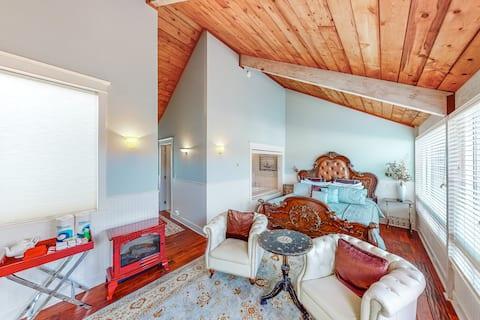 Oceanfront studio w/ harbor views, free WiFi, and shared sauna!