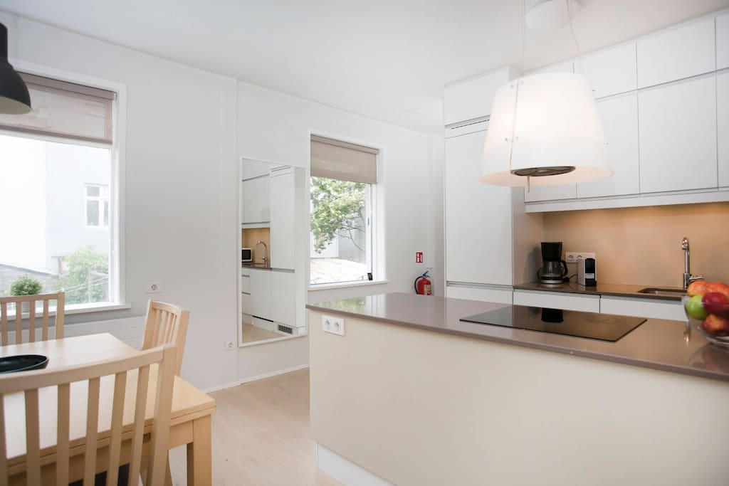 The kitchen and dining area is well equipped, open and bright.