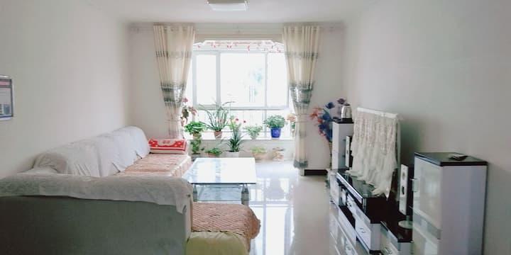 本县繁华地段小区,家庭温馨小屋,欢迎广大旅客入住,实惠,干净,便宜,体验不一样的感觉