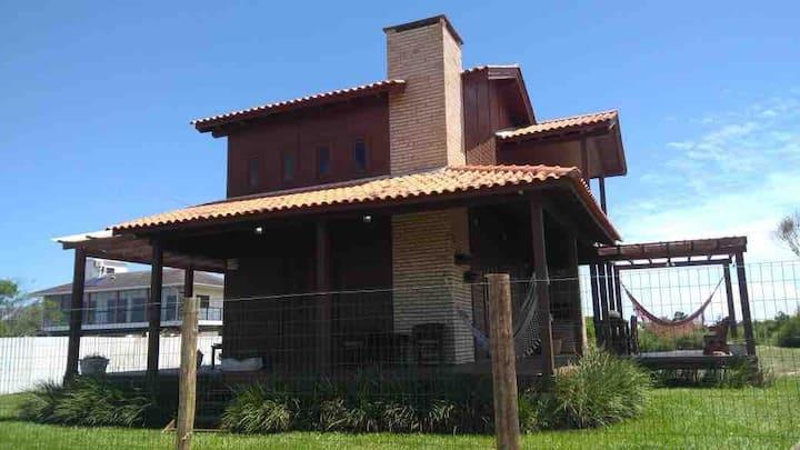 Casa no Morro dos Conventos. 200 metros da Praia.