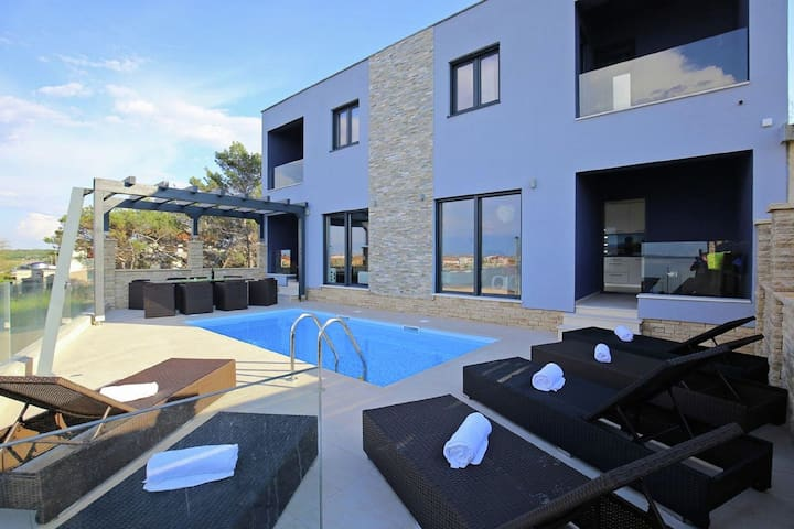 Luxury villa with private pool situated next to the sea !