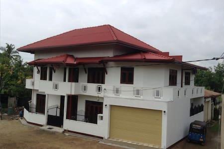 Mother Lanka Rest House - Wattala - House