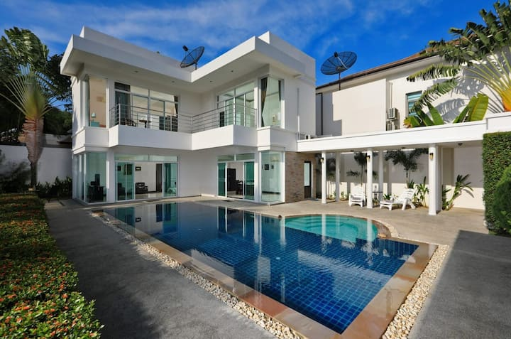 Pool Villa 3 bedroom Phuket Nai Harn beach