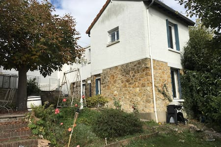 Small stone house restored with charm - L'Étang-la-Ville - Huis