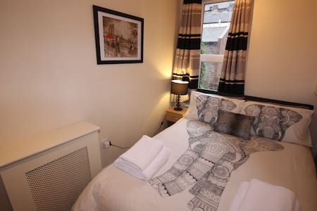 Central 1 Bed Flat - Bars and shops on doorstep - Leeds