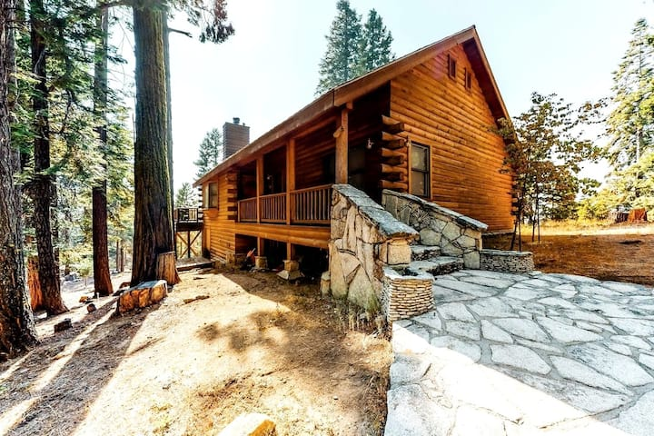 Ridgetop Retreat - Log cabin with stunning views!