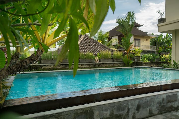 Private room with Breakfast & Pool in central ubud