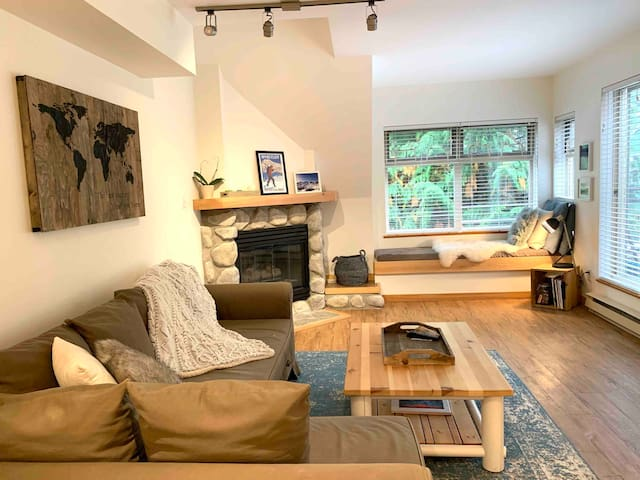 Ski in/out Stylish condo with pool/hot tub & views