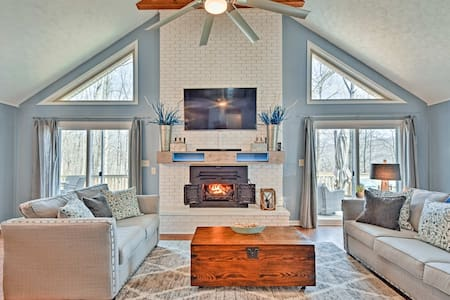 Exceptional Home on Lake Barkley w/Fire Pit & Bar!