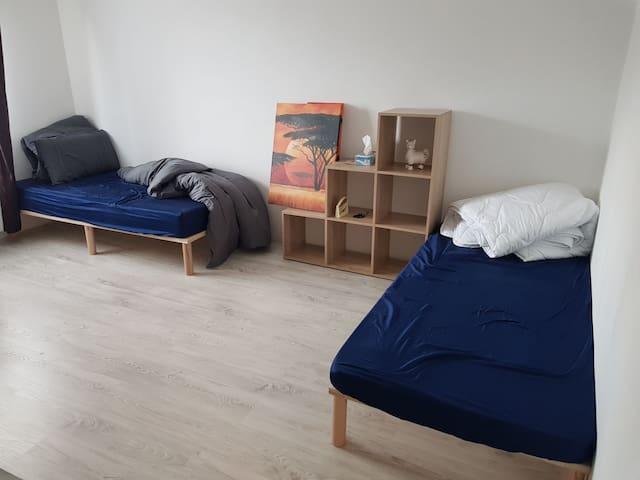 Privat Wohnung 2 Bett + Badewanne + Parken *Ruhig*