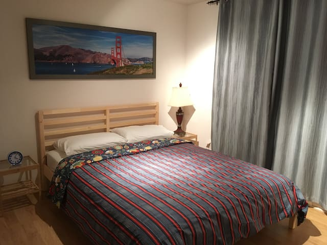Chambre 1 avec un lit queen