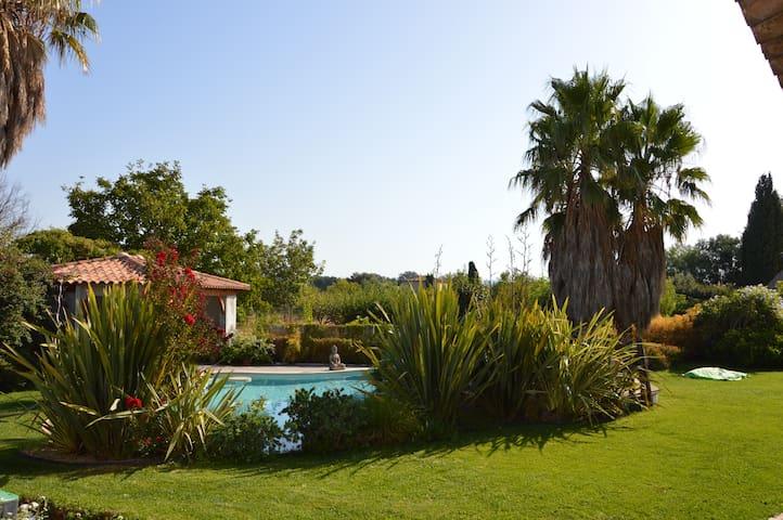 Envie de détente et de calme autour d'une piscine