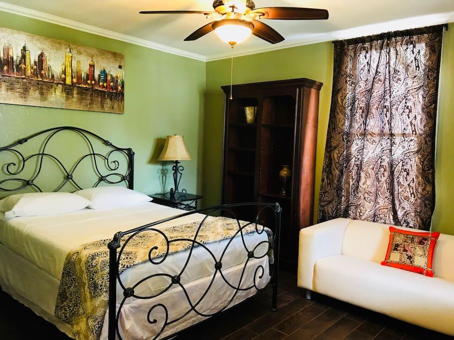 Confortable Queen size memory foam mattress For a good night sleep.