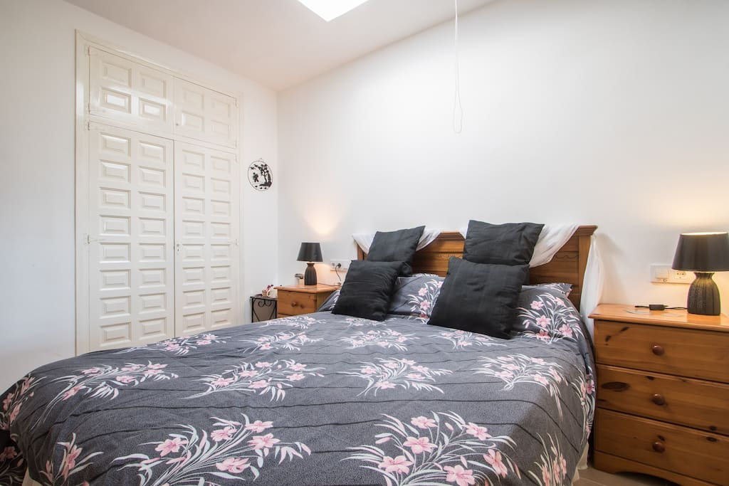 Kingsize bed with bedside cabinets
